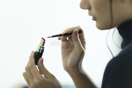 メイクをする女性の手元の素材 [FYI00481945]