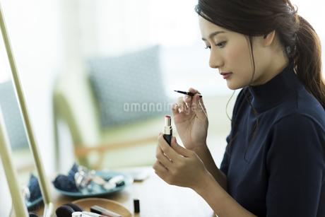 メイクをする女性の素材 [FYI00482014]