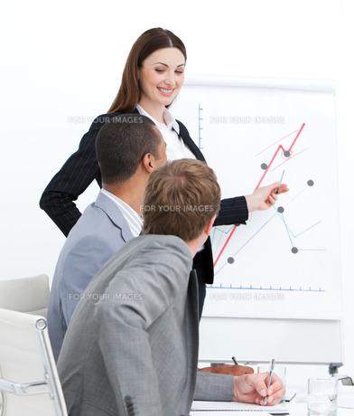 Smiling woman doing a presentationの素材 [FYI00482296]