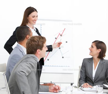 Confident woman doing a presentationの素材 [FYI00482298]