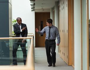 Businessmen saying goodbye in a corridorの素材 [FYI00482678]