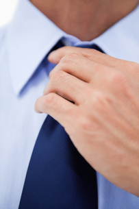 Close up of a businessman fixing his tieの素材 [FYI00484922]