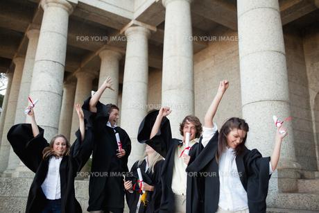 Graduates dancing in togasの素材 [FYI00484958]