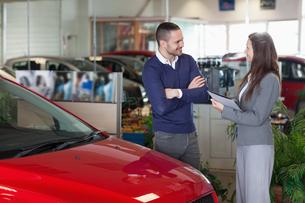 Man speaking to a businesswomanの素材 [FYI00485202]