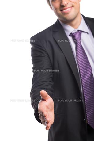 Smiling businessman offering a handshakeの素材 [FYI00485762]