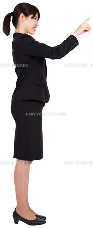 Smiling businesswoman pointingの素材 [FYI00485988]