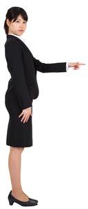 Focused businesswoman pointingの素材 [FYI00486013]