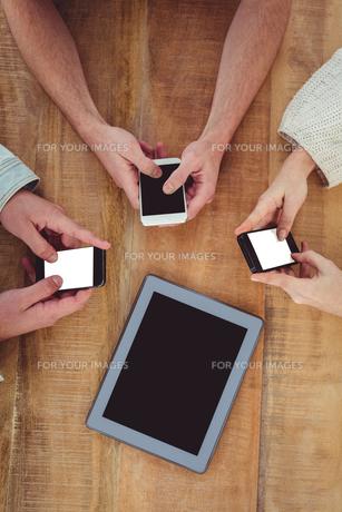 Creative team all using smartphonesの素材 [FYI00486182]