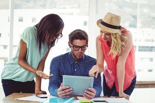 Creative business team working hard togetherの素材 [FYI00486198]