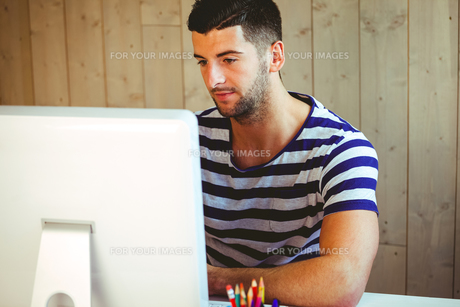 Handsome hipster working at deskの素材 [FYI00486409]