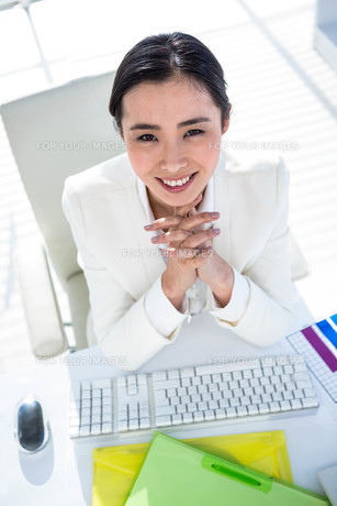 Businesswoman using her pc with documentsの素材 [FYI00486445]