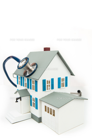 Blue stethoscope taking care of the houseの素材 [FYI00486634]