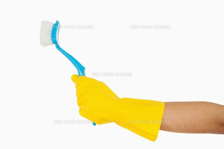 Womans hand holding scrubbing brushの素材 [FYI00486722]