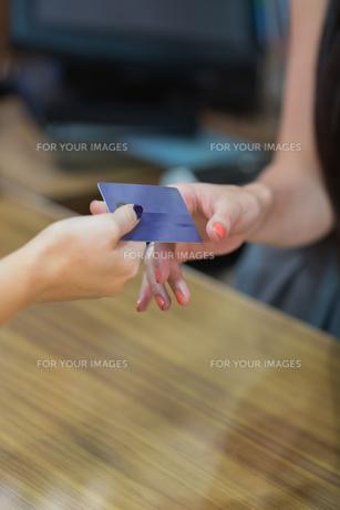 Credit card at cash registerの素材 [FYI00486859]