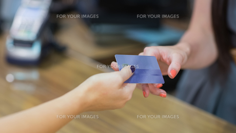Woman handing over credit cardの素材 [FYI00486873]