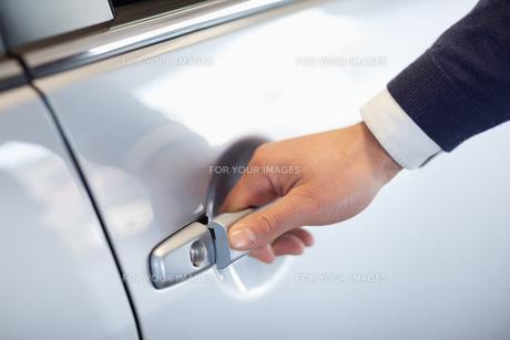 Close up of a man opening a car doorの素材 [FYI00487098]