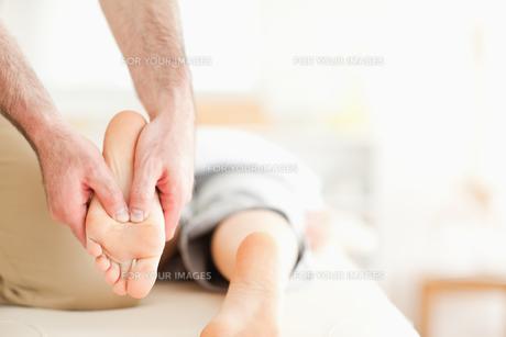 Male masseur massaging a womans feetの素材 [FYI00487575]