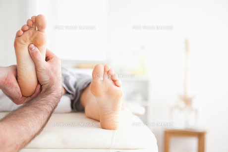 Male masseur doing a reflexology massageの素材 [FYI00487587]