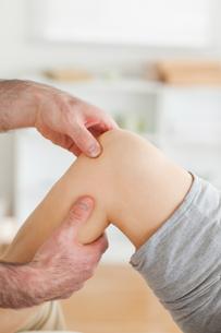 Guy massaging a kneeの素材 [FYI00487594]