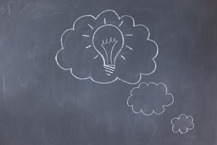 Cloud bubbles on a blackboardの素材 [FYI00487774]