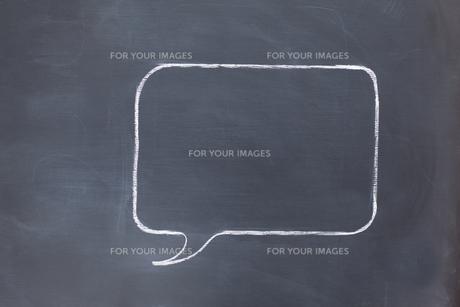 Empty square speech bubble on a blackboardの素材 [FYI00487855]