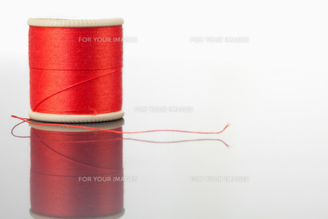 Red spool of thread on a tableの素材 [FYI00487918]