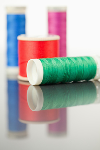 Colorful spools of thread on a tableの素材 [FYI00487930]