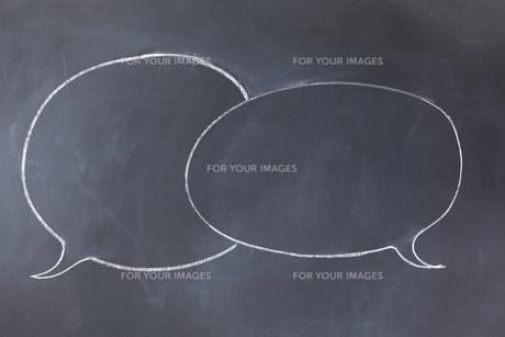 Empty comic strip balloons overlapping on a blackboardの素材 [FYI00487996]