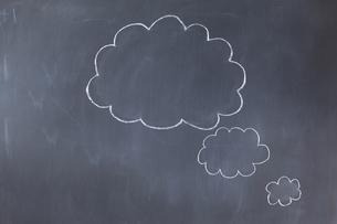 Empty cloud bubbles on a blackboardの素材 [FYI00488024]
