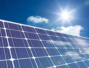 Solar panel reflecting sunlightの素材 [FYI00488327]