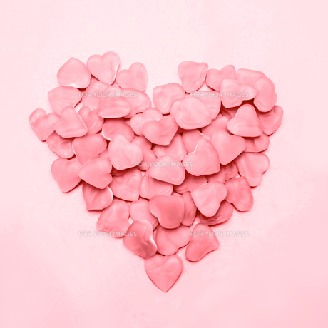 Heart made of pink candyの素材 [FYI00488553]