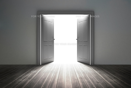 Doorway revealing bright lightの素材 [FYI00488907]