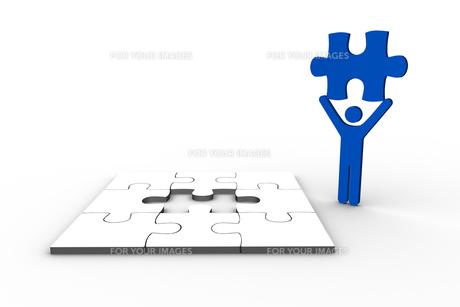 Blue human figure holding jigsaw pieceの素材 [FYI00488914]