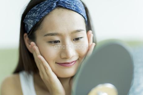 若い女性のスキンケアイメージの素材 [FYI00491828]