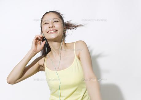 音楽を聴く若い女性の素材 [FYI00603317]