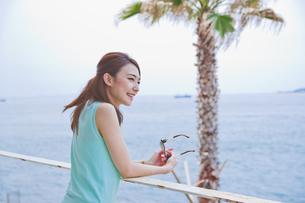 海を眺める女性の素材 [FYI00603858]