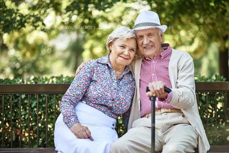 Happy couple in parkの素材 [FYI00757081]