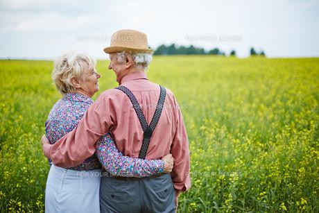 Seniors in meadowの素材 [FYI00772058]