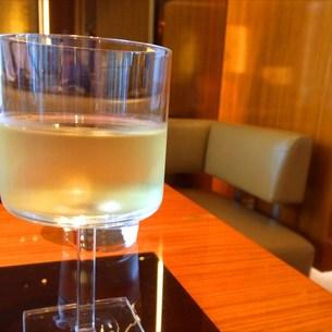 雨の銀座でワインを嗜む。の素材 [FYI00795700]