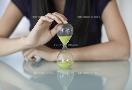 Close-Up of Mid-Adult Woman with Hourglassの素材 [FYI00907006]
