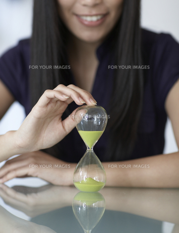 Close-Up of Mid-Adult Woman with Hourglassの素材 [FYI00907046]