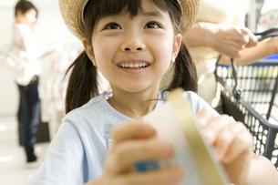 アイスを手に取る女の子の素材 [FYI00912522]