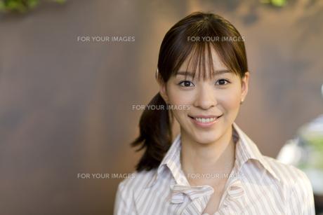 笑顔の女性の素材 [FYI00913578]