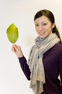葉っぱを手に持った女性の素材 [FYI00913617]