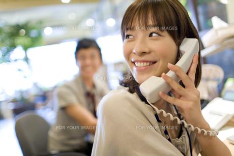 電話で会話している女性の素材 [FYI00913636]