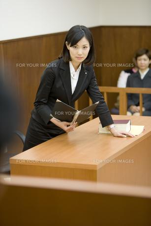 裁判官に意見を言う弁護士の素材 [FYI00913655]
