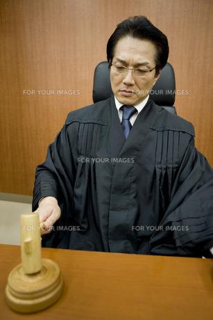 判決を下す裁判官の素材 [FYI00913667]