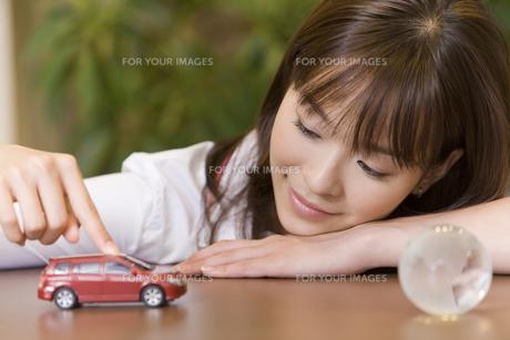 ミニカーを走らせている女性の素材 [FYI00913674]