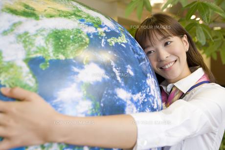 地球に抱きつく女性の素材 [FYI00913686]