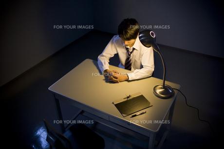 取調室に座ったビジネスマンの素材 [FYI00913706]